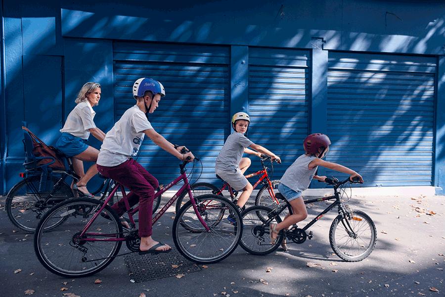 Une famille à vélo dans Lyon